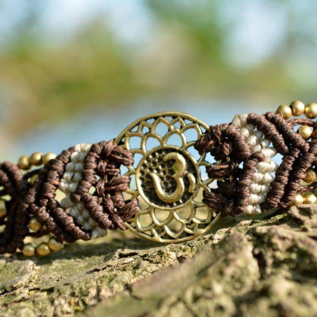 armband-om-yoga-makrame-braun