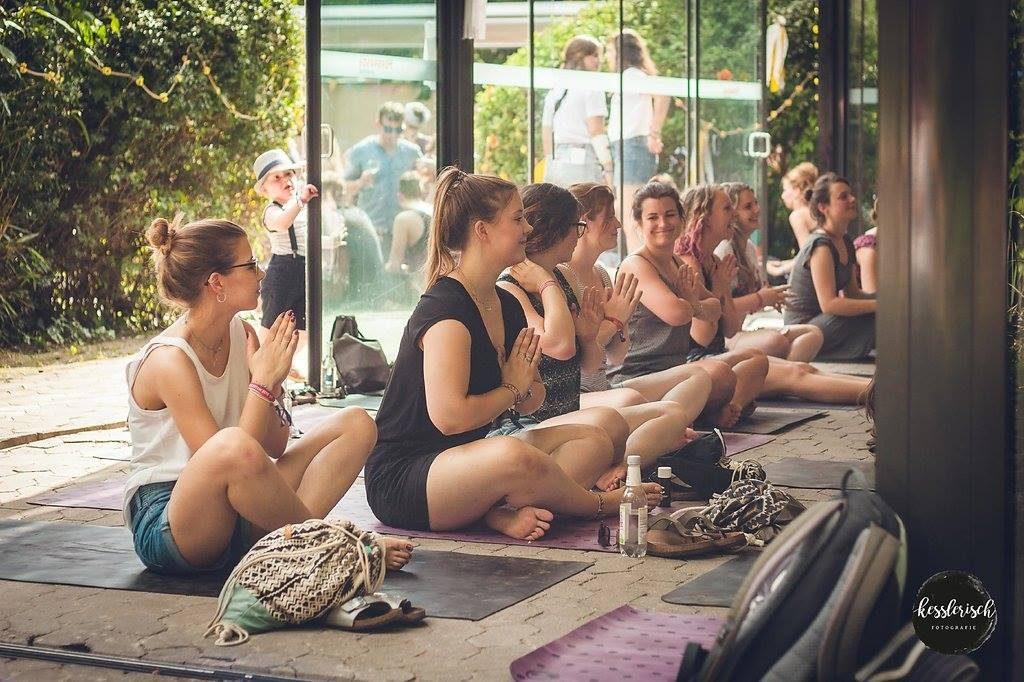 festival-koeln-yoga-hippie-laden-zusammenleuchten
