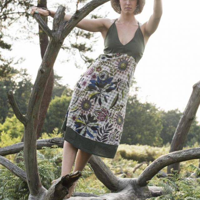 traeger-kleid-gruen-weiss
