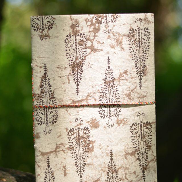 buch-deko-natur-symbol-hippie-boho-style-beige-weiss-farn-pflanze