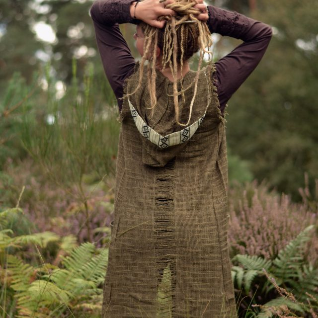 hippie-weste-natural-chrochet-kapuze-olive